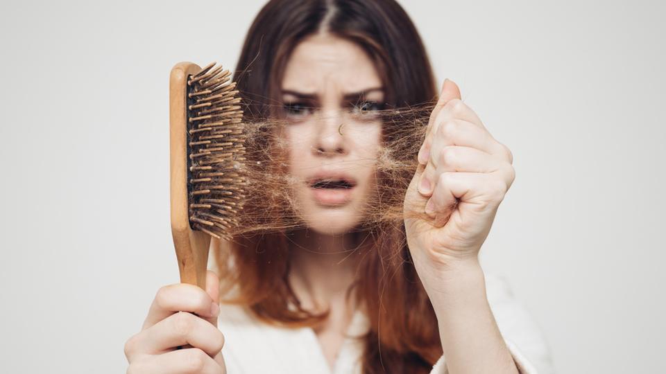 ۲۰ عامل ریزش مو و راهکار درمان آن